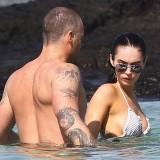 Татуировки — Меган Фокс (Megan Fox) с мужем на Гавайском пляже