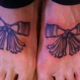 Татуировки на ноге: шнурки и бантики