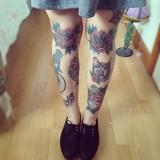 Тату-роза на женских ногах (фото)