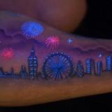 Светящаяся татуировка на руке