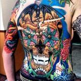Яркая татуировка черепа на спине