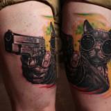 Кот в очках и пистолетом