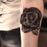 Череп и роза на руке