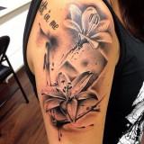 Лилия на руке