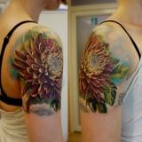Цветок на плече девушки