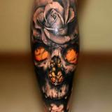 Череп с розой на ноге