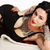 Красивая девушка с татуировками