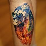 Лев в очках на ноге