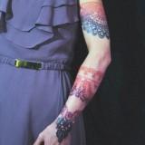 Кружевная татуировка на руке