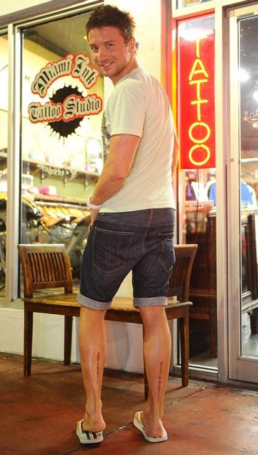 татуировки на ногах Сергея Лазарева