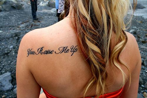 татуировки надписи на спине