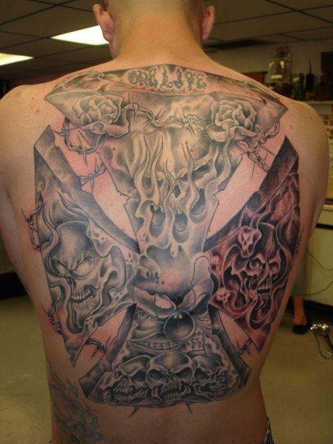 Татуировки на спине крест