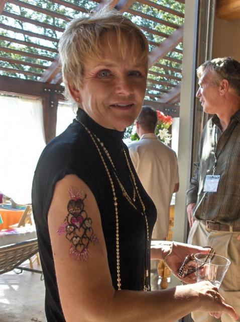 Татуировки хной на руках у девушек 10