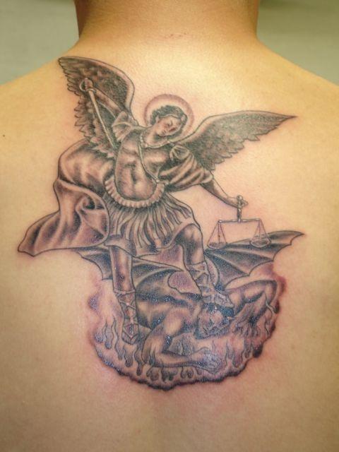 татуировки на спине ангел