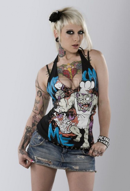 Татуировки на груди, руках и шее