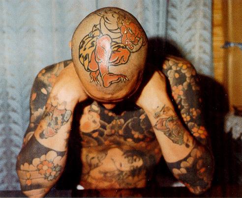 японские татуировки на голове, руках и спине