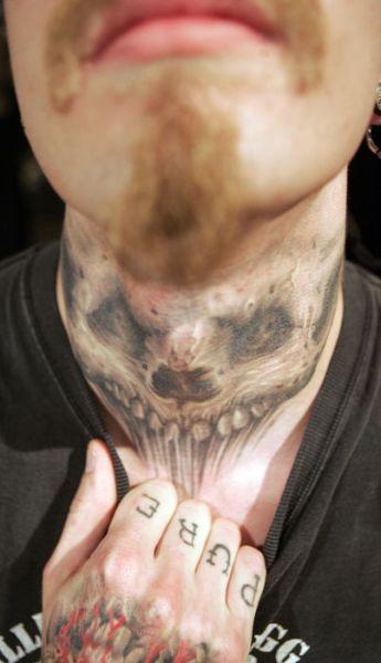 Необычные татуировки на шее