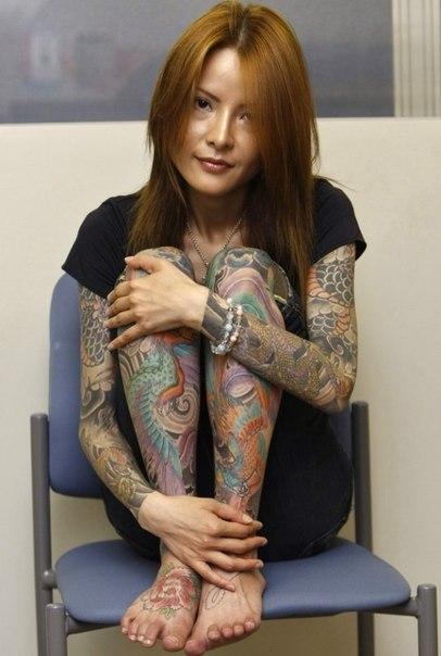 большие татуировки для девушек на ногах и руках