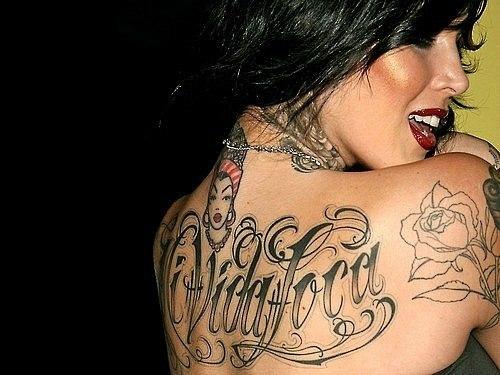 Татуировки надписи для девушек на спине
