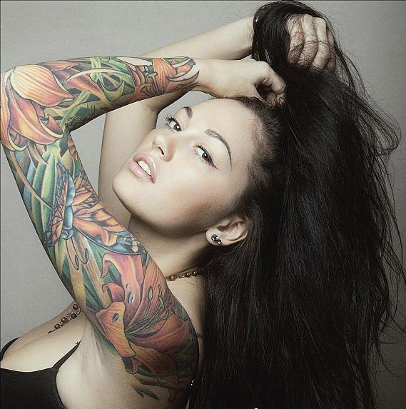 девушка с татуировкой 2012 на руке