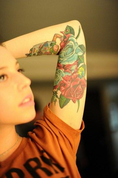 татуировка розы на запястьи