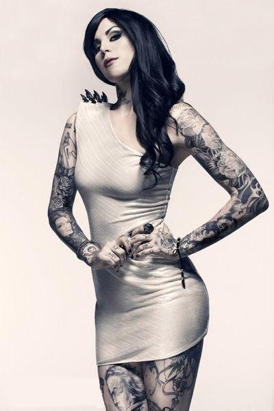 девушка с татуировкой 2012 на руках и ногах