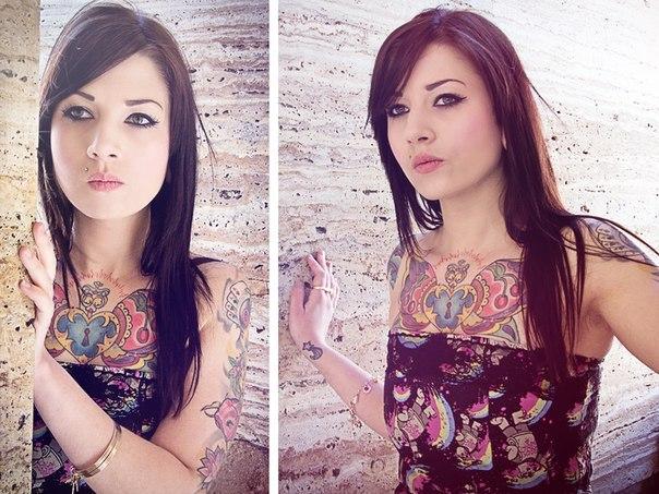 девушка с татуировкой 2012 на груди