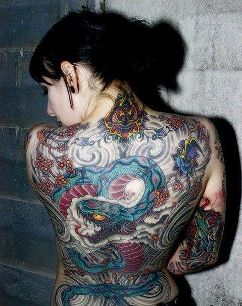 девушка с татуировкой змеи на спине
