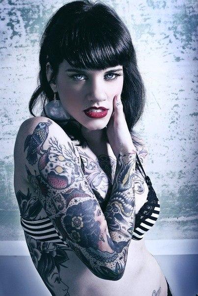 девушка с татуировкой 2012 на груди и руке