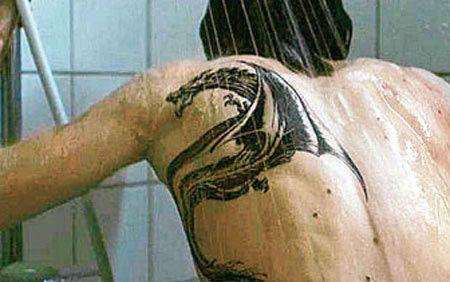 Фото Руни Мара с татуировкой дракона на спине