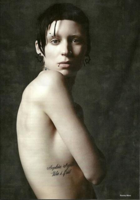 Руни Мара с татуировкой надписью на спине