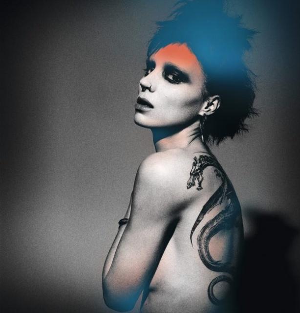 Руни Мара с татуировкой дракона на спине