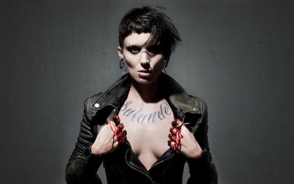 Руни Мара с татуировкой надписью на груди