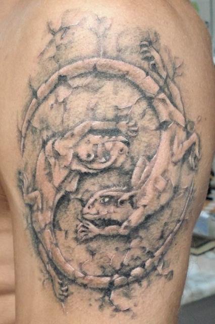 Татуировка ящерица на плече
