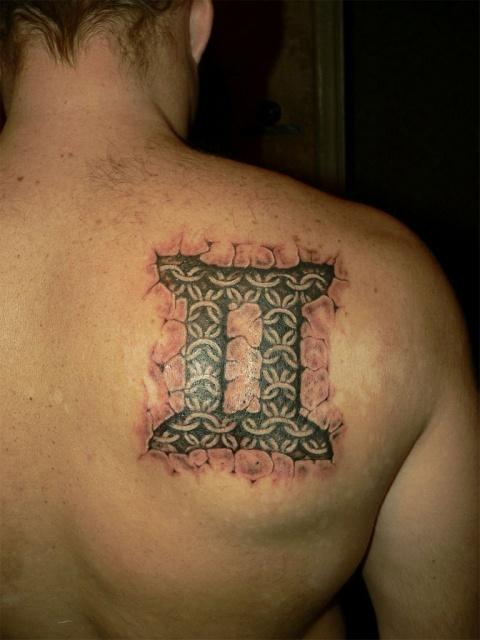 Татуировка зодиака на мужской спине