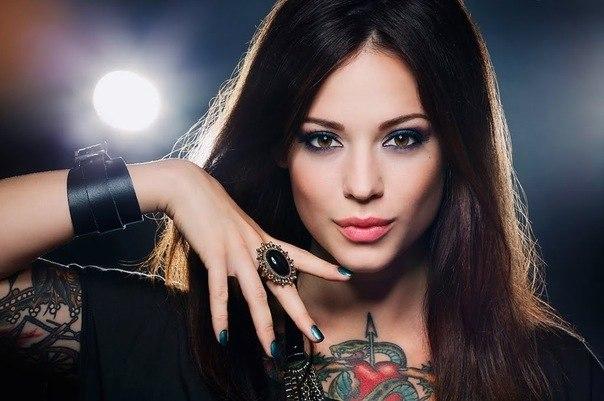девушки и татуировки на спине и руках