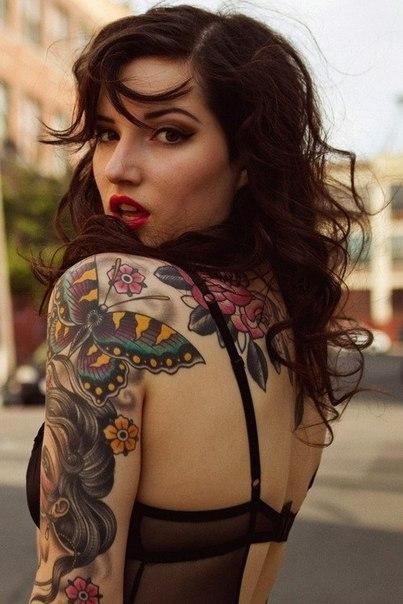 девушки и татуировки на спине и плече
