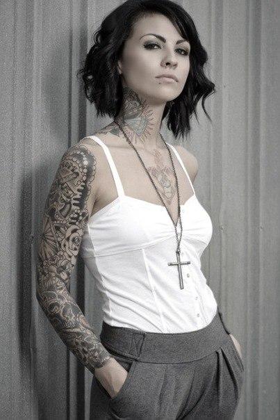 девушки и татуировки на шее, груди и руках