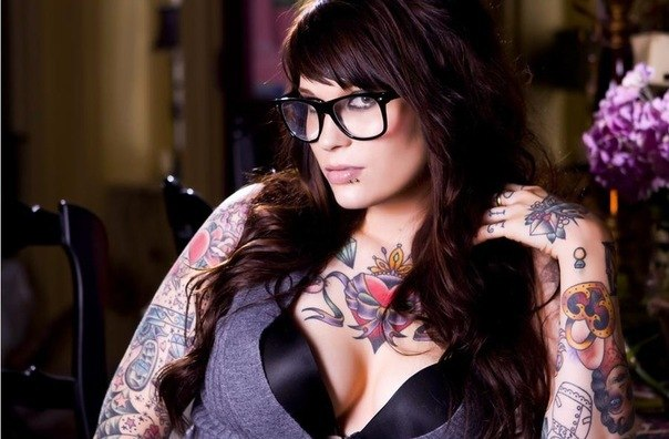 девушки и татуировки на груди и руках