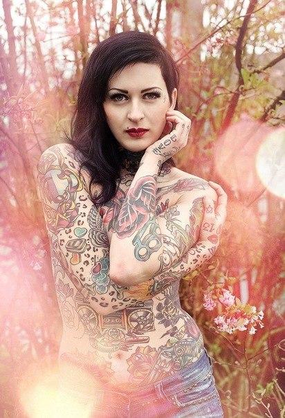 девушки и цветные татуировки на теле