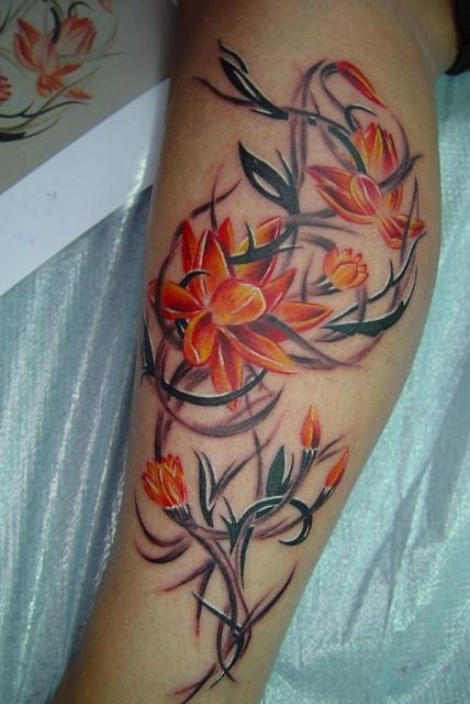 Цветные тату цветов на ногах