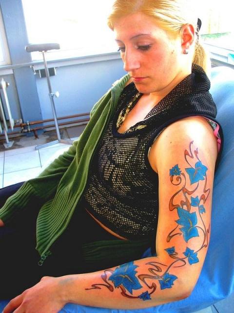 Цветная татуировка у девушки на всю руку