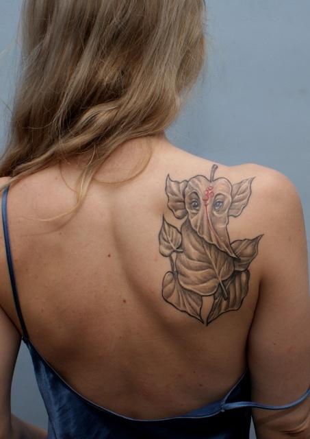 Татуировки цветов на плече