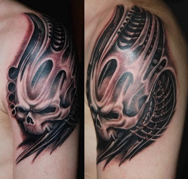 татуировки биомеханика с черепом на плече