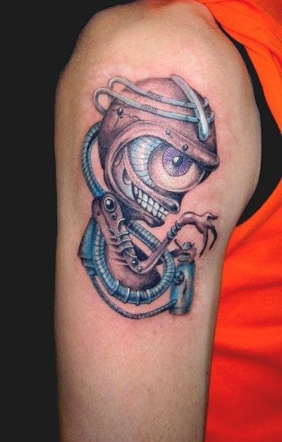 оригинальная татуировки биомеханика на плече