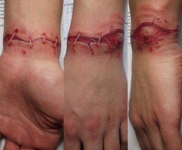 Кровавая татуировка на запястье