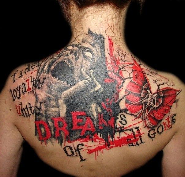 Спина в кровавых татуировках