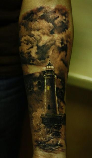 Татуировка-маяк на руке