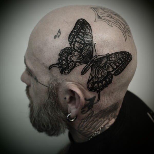 Бабочка на голове мужчины