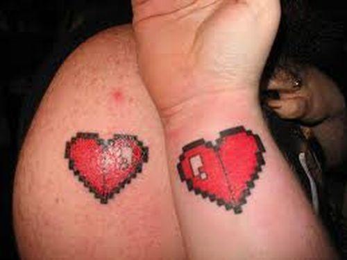 парные татуировки на руках и запястье